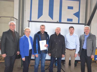 von links: Christian Bauer, Astrid Hippeli (Geschäftsführerin), Johann Janner, Simon Stock, Thomas Busch (Betriebsratsvorsitzender), Johannes Reger (Bürgermeister)